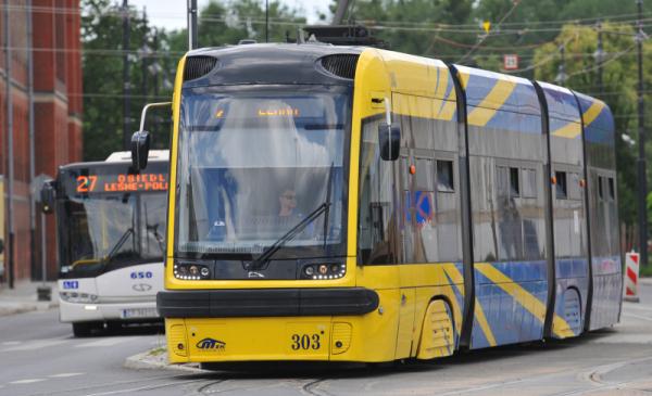 Na zdjęciu widać żłóto-niebieski tramwaj