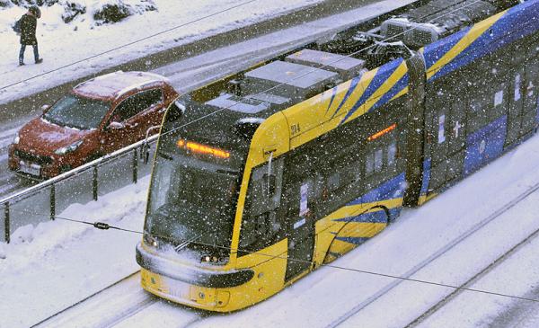Żółto-niebieski tramwaj swing jadący Wałami gen. Sikorskiego