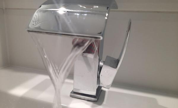 kran z lecącą wodą