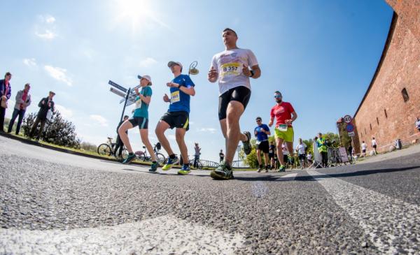 Na zdjęciu: grupa biegaczy uczestniczących w Run Toruń