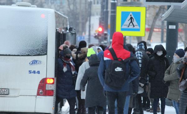 Na zdjęciu: pasażerowe na przystanku MZK idą do autobusu
