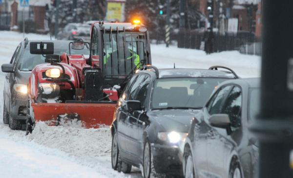 Na zdjęciu: pługopiaskarka i samochody na zasmieżonych ulicach