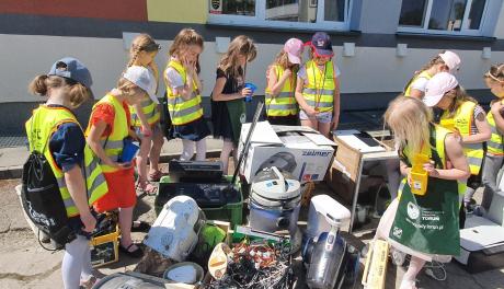 Dzieci z przedszkola i zebrane elektrośmieci