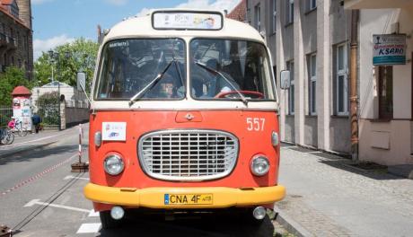 autobus zwany ogórkiem