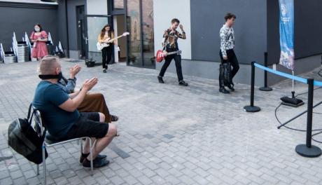 Na zdjęciu: muzycy wchodzący na scenę
