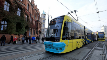 """Na zdjęciu: tramwaj MZK w """"maseczce"""" stojący na przystanku przed Urzędem Miasta"""