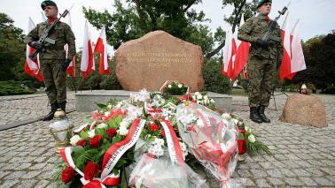 Dwaj zołnierze na warcie pod pomnikiem pamięci ofiar wojny