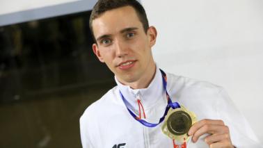 Na zdjęciu Patryk Dobek ze złotym medalem HMELA Toruń 2021