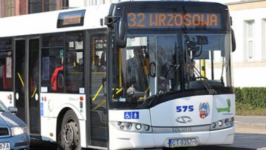 Na zdjęciu: autobus jadący po ulicach miasta