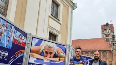 Przy wystawie zdjęć stoją ich autorzy: Paweł Skraba i Grzegorz Olkowski