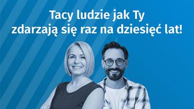 Kobieta i mężczyzna oraz napis: Tacy ludzie jak Ty zdarzają się raz na dziesięć lat! Niebieskie tło.