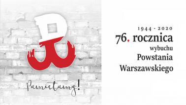 Znak Polski Walczącej na tle szarego ceglanego muru oraz napis: Pamiętamy!