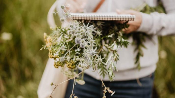 Zdjęcie człowieka trzymającego zioła
