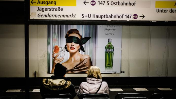 zdjęcie berlińskiej stacji metra z plakatem reklamowym
