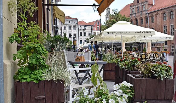 Widok na letni ogródek restauracji na Rynku Staromiejskim