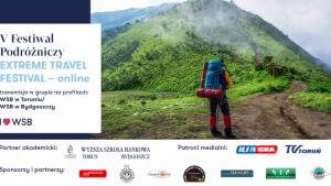 Zdjęcie przedstawia plakat wydarzenia -  Extreme Travel Festival  - człowiek z plecakiem turystycznym stoi u stóp góry, której wierzchołek skrywa się za mgłą