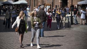 Ludzie spacerują po rynku staromiejskim i jedzą lody
