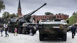 Na zdjęciu: pojazdy wojskowe przed Muzeum Twierdzy Toruń