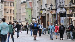 Na zdjęciu: ludzie idący ulicą