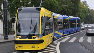 Na zdjęciu: tramwaj jadący po ulicach miasta