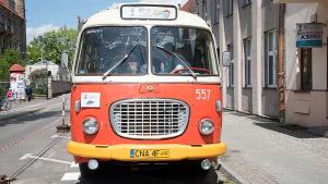 historyczny autobus, popularnie zwany ogórkiem