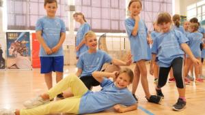 Na zdjęciu: dzieci podczas zajęć sportowych prowadzonych w ramach programu Ekoaktywni