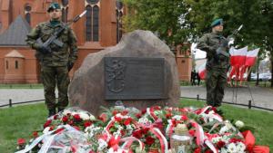 warta przy obelisku poświęconym komendantom Okręgu Pomorskiego ZWZ–AK