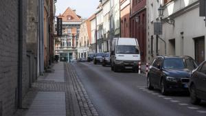 Kilka aut zaparkowanych wzdłuż jednej z uliczek na toruńskiej starówce.