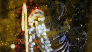 Dwóch Mikołajów: Kopernik na pomniku i święty z iluminacji świątecznej