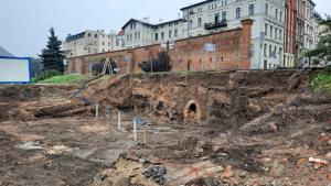 Na zdjęciu: fragment murów z odkrytymi kanałami deszczowymi