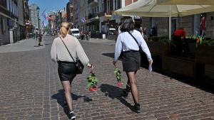 Na zdjęciu: dwie uczennice w białych bluskach idą wzdłuż Rynku Staromiejskiego