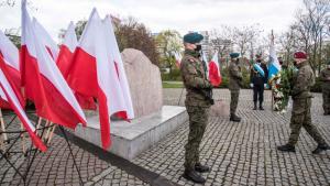 Żołnierz składa wieniec pod pomnikiem ofiar II wojny światowej w alei św. Jana Pawła II