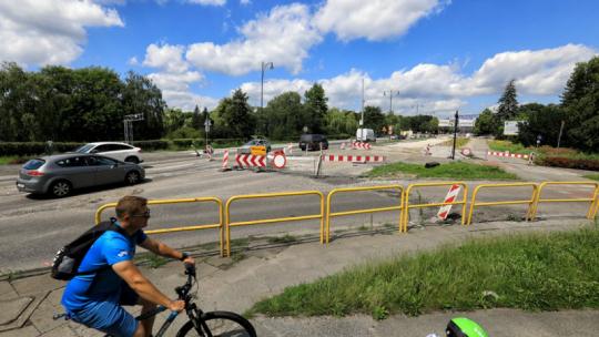 Na zdjęciu: rowerzysta przejeżdżający obok robót w rejonie al. św. Jana Pawła II