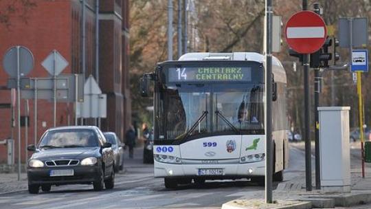 Na zdjęciu widać stojący na światłach autobus linii nr 14, obok stoi samochód osobowy