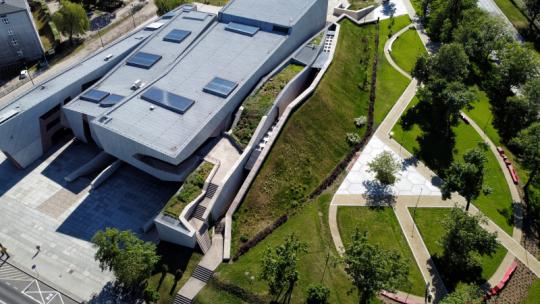 Centrum Kulturalno-Kongresowe Jordanki - widok z drona na budynek i teren zieleni wokół