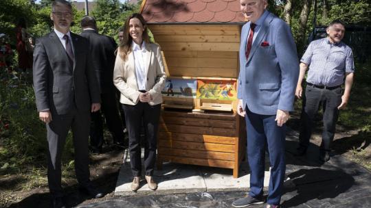 Goście uroczystości przy słoweńskim ulu, fot. Wojtek Szabelski