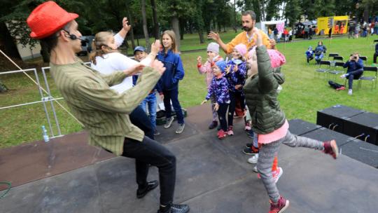 Na zdjęciu: dzieci bawią się z animatorem