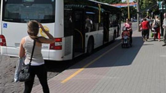 Na zdjęciu: ludzie wsiadający do autobusu