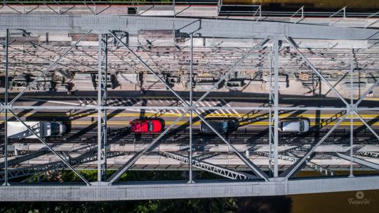 Widok na remontowany most i jadące auta z góry rusztowania