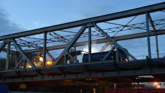 Na zdjęciu: most drogowy nocą