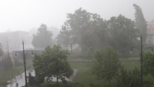 Na zdjęciu opady deszczu nad Zieloną Bramą Gotyckiej Starówki