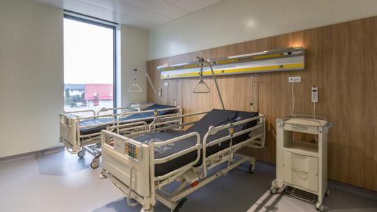 Łóżka czekające na pacjentów w nowo oddanym oddziale zakaźnym w Wojewódzkim Szpitalu Zespolonym