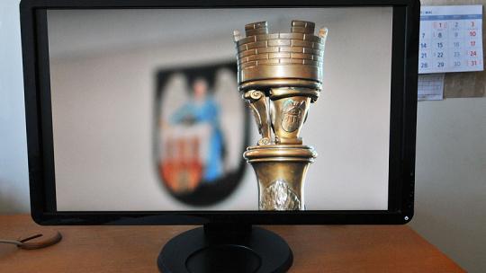 Na zdjęciu: herb Torunia i laska marszałkowska widoczne na monitorze komputera