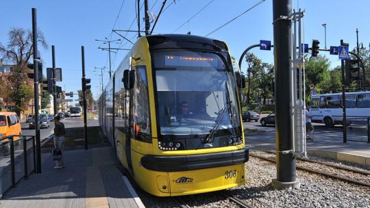 Zółto-niebieski tramwaj swing na przystanku przy Cinema-City