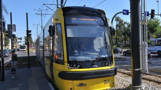 Na zdjęciu: tramwaj czekający na przystanku
