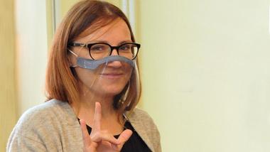 Na zdjęciu Sylwia Fedus w przyłbicy, wrzesień 2020 r.