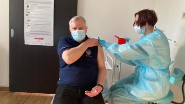 Na zdjęciu zastępca prezydenta Torunia Zbigniew Fiderewicz przyjmuje dawkę szczepionki