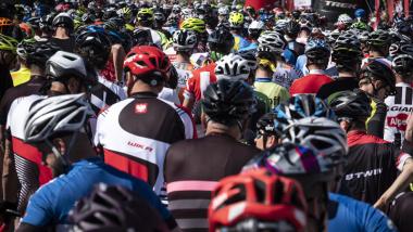 Na zdjęciu: rowerzyści w kaskach na starcie wyścigu
