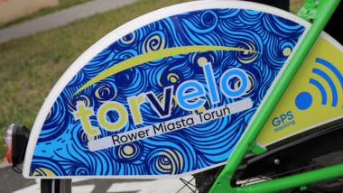Zbliżenie na nakładkę z logo roweru miejskiego Torvelo