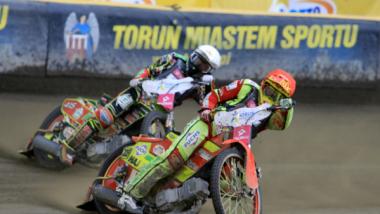 Na zdjęciu: dwaj żużlowcy ścigają się podczas zawodów na Motoarenie